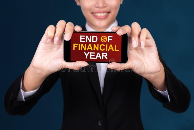 KOŃCÓWKA roku finansowego pojęcie, Szczęśliwa bizneswomanu przedstawienia teksta końcówka zdjęcie royalty free