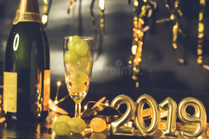 Końcówka roku pojęcie Szkło szampan z winogronami inside obraz stock
