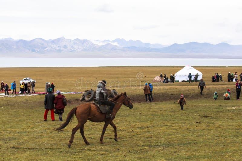 Końska jazda w Pieśniowym kula jeziorze w Kirgistan zdjęcie stock