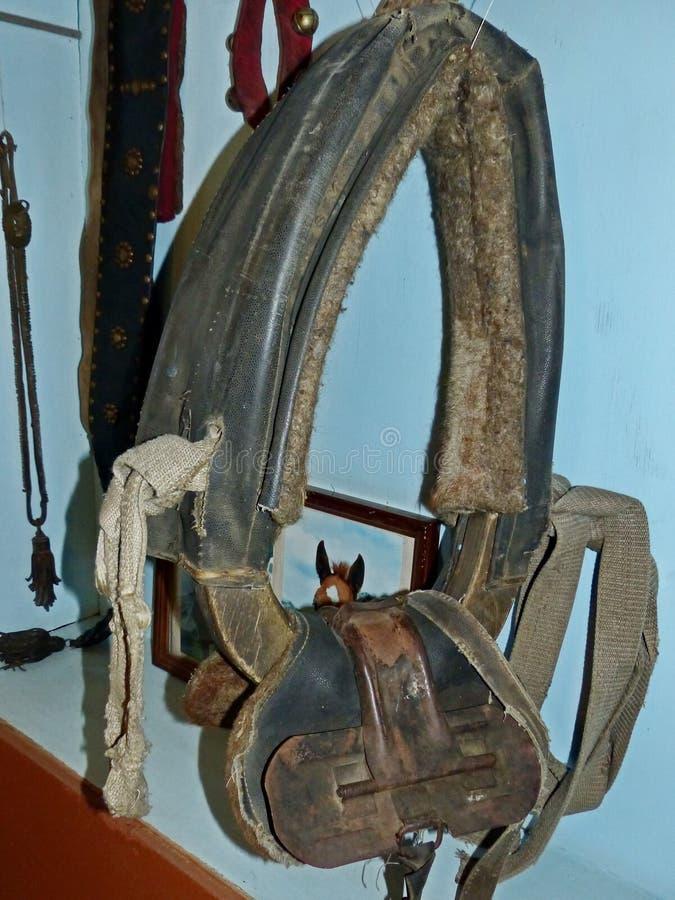 Końska nicielnica Koński kołnierz - stara rzecz od starego czasu kahat Na drewnianej ścianie Wewnętrzny niewywrotny jard zbliżeni obrazy stock