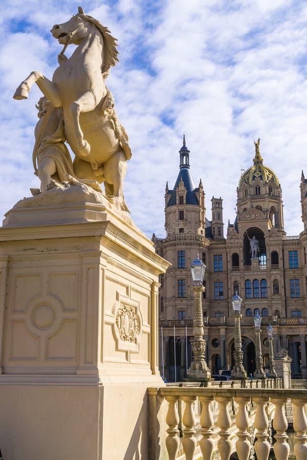 Końska statua przed Schwerin kasztelem, Mecklenburg Zachodni Pomerania, Niemcy obraz stock