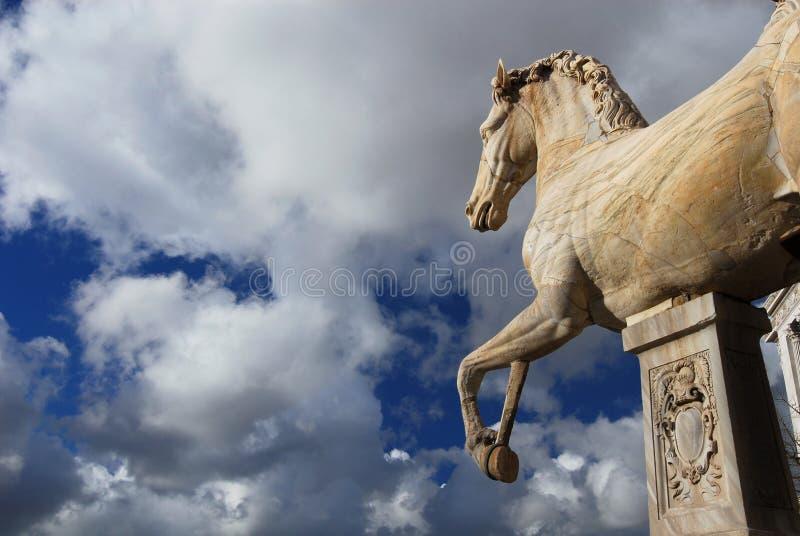 Końska statua z chmurami zdjęcia stock