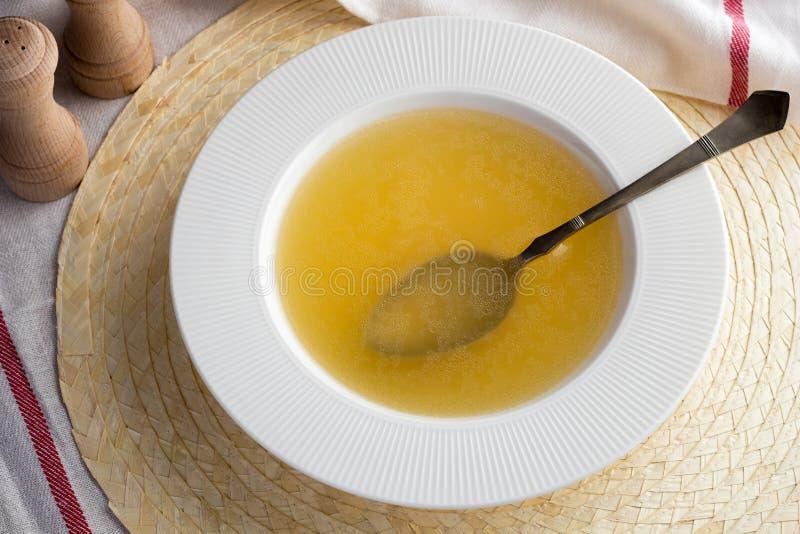 Kość rosół robić od kurczaka w zupnym talerzu zdjęcie royalty free