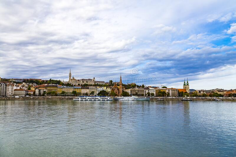 Kościół św. Matthiasa Mátyása-templom, Bastion rybaka, Kościół Kalwiński i wielkie statki rekreacyjne - widok na brzeg Dunaju zdjęcie royalty free