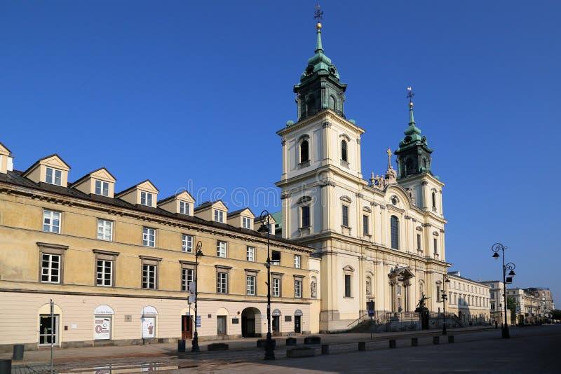 Ko?ci?? ?wi?ty krzy? na ?rodkowym zwyczajnym ulicznym Krakow przedmie?ciu zdjęcia royalty free