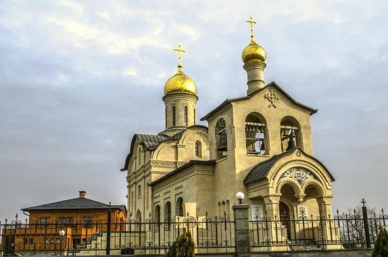 Kościół bielu kamień z złotymi kopułami i krzyżami na Ortodoksalnym kościół Daje krzyż władyka w Yerevan na Admi obrazy royalty free