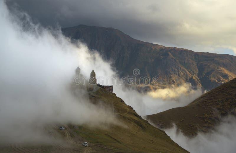 Kościół, góry i chmury, obrazy stock
