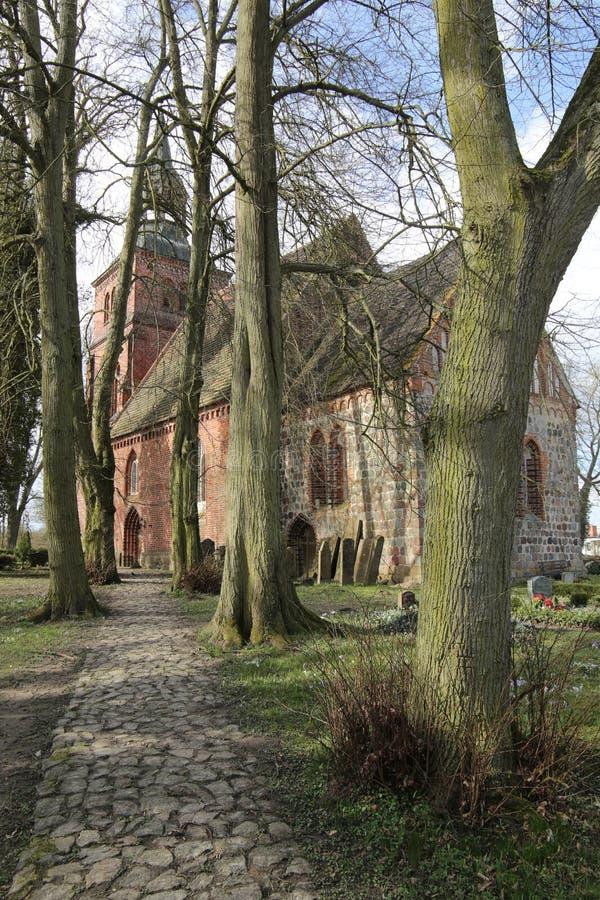 Kościół i cmentarz w Ordynarnym Kiesow, Mecklenburg-Vorpommern, Niemcy zdjęcia stock