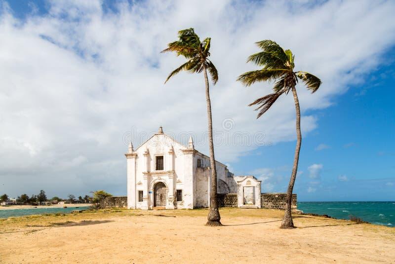 Kościół i forteca San Antonio na Mozambik wyspie z dwa drzewkami palmowymi na piasku, Oceanu Indyjskiego wybrzeże, Nampula prowin obraz stock