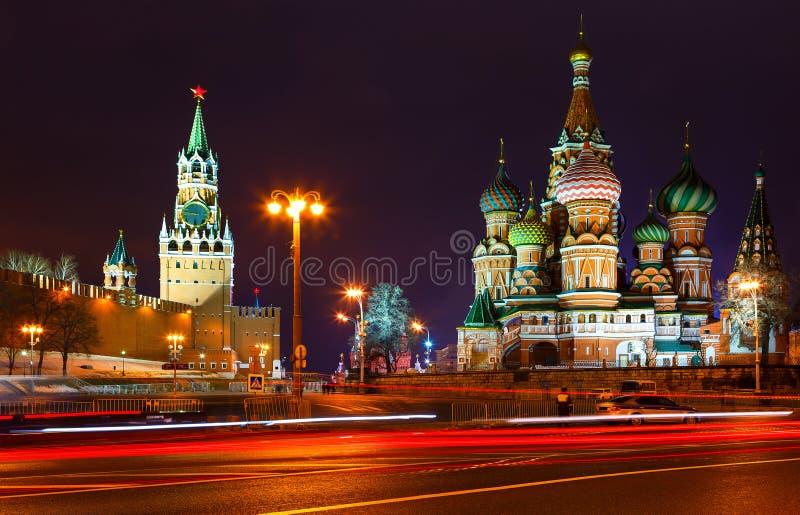 Kościół i góruje Kremlin przy nocą widok od Bolshoi Zamoskvoretsky mosta Tracers od samochodów cartoonish samochodowy wizerunek o obraz stock