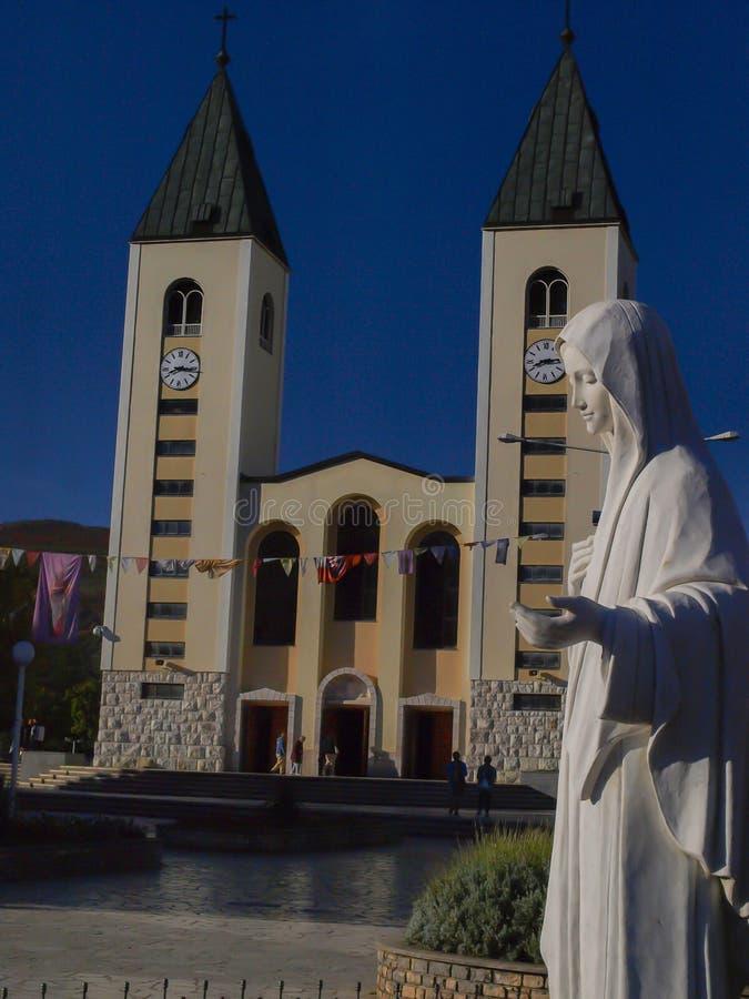 Kościół i statua madonna w Medjugorje, miejsce pielgrzymka od po na całym świecie zdjęcie stock