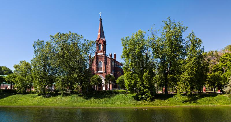 Kościół Katolicki na brzeg jezioro wśród luksusowych drzew w th obraz royalty free