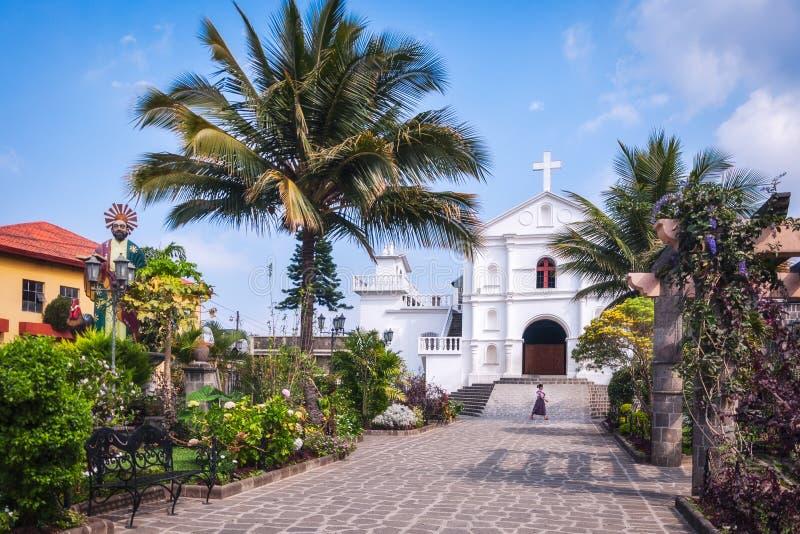 Kościół Katolicki w powabnym Miejskim parku San Pedro los angeles Laguna, Gwatemala obrazy royalty free