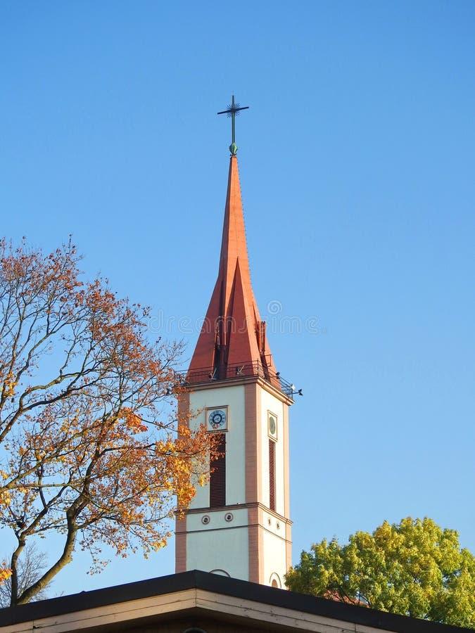 Kościół Katolickiego wierza z krzyżem, Lithuania fotografia stock