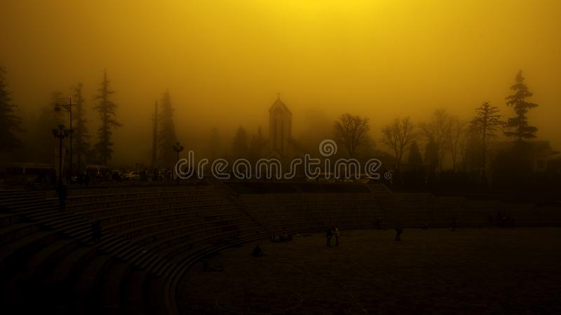 Kościół który zakrywał mgłą tylko zobaczył czarnymi cieniami zdjęcia royalty free