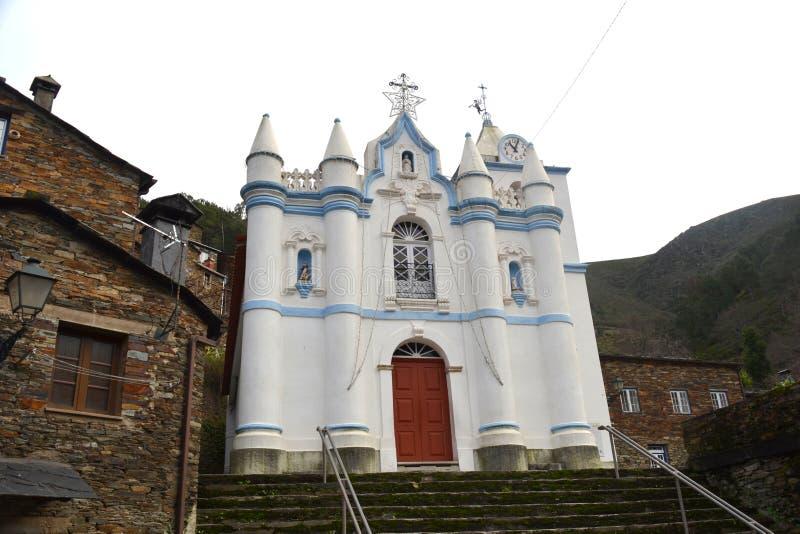 Kościół mała wioska Piodao jest tradycyjnym iłołupka wioską w górach, daleka wioska w Środkowym Portugalia obraz royalty free
