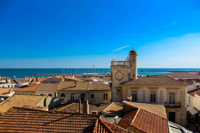 Kościół miasteczko morzem pod niebieskim niebem i zdjęcie royalty free