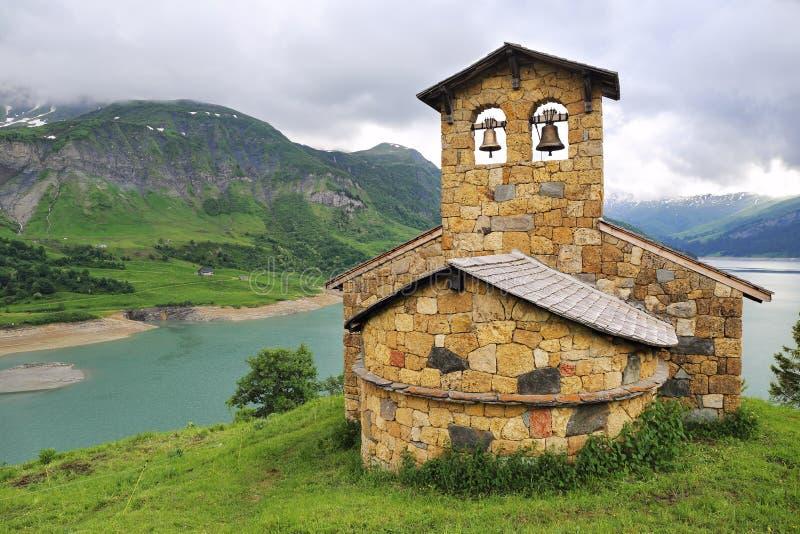 Kościół na halnym jeziornym brzeg fotografia royalty free