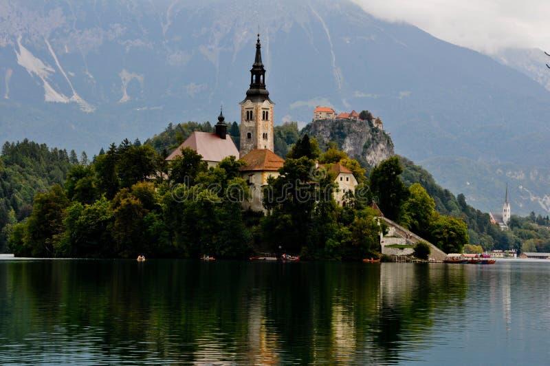 Kościół na Krwawiącej jeziornej wyspie, Slovenia obraz stock