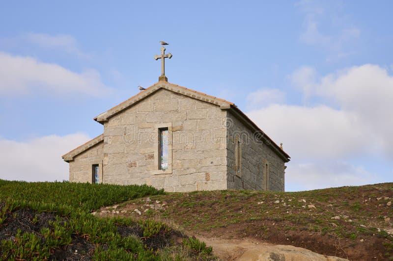 Kościół nad wzgórzem przeciw niebieskiemu niebu zdjęcie royalty free