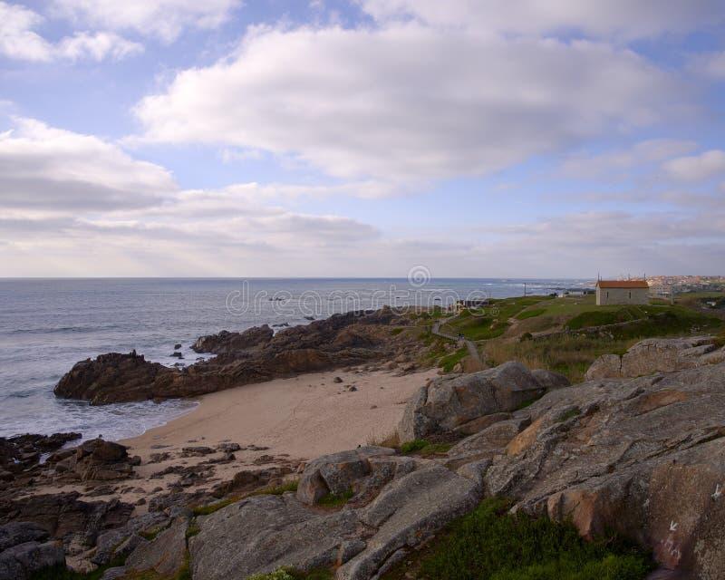 Kościół nad zatoką na chmurnym dniu obraz royalty free