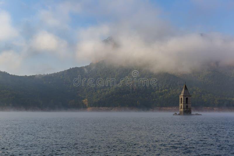 Kościół Sant Roma jest zanurzającym kościół lokalizować na Sau rezerwuarze, Catalonia, Hiszpania fotografia royalty free