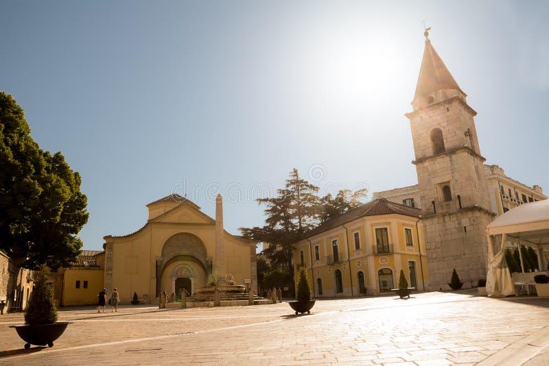 Kościół Santa Sofia i swój dzwonkowy wierza z niebieskim niebem w Beneve fotografia stock