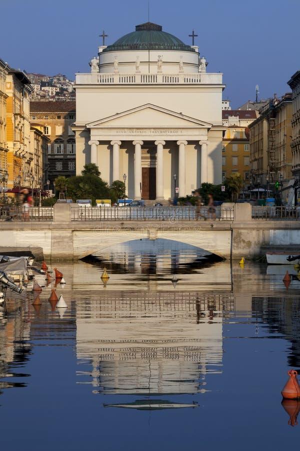 Kościół SantAntonio Nuovo z odbiciem na rzece, Trieste w Włochy zdjęcie stock