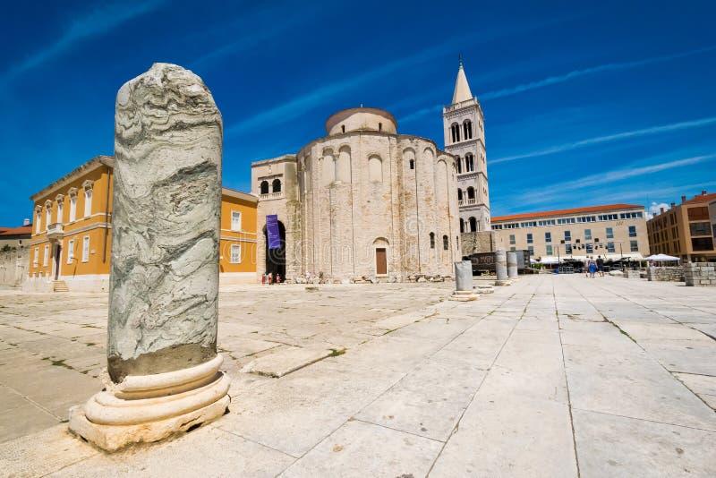 Kościół st Donat, monumentalny budynek od 9th wieka z historycznymi rzymskimi artefacts w przedpolu w Zadar obraz royalty free