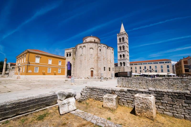 Kościół st Donat, monumentalny budynek od 9th wieka z historycznymi rzymskimi artefacts w przedpolu w Zadar fotografia royalty free