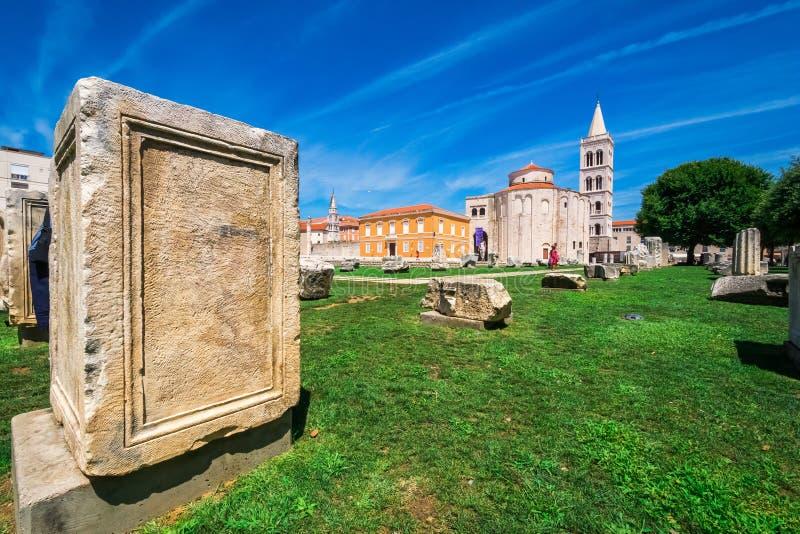 Kościół st Donat, monumentalny budynek od 9th wieka z historycznymi rzymskimi artefacts w przedpolu w Zadar, Chorwacja zdjęcie stock