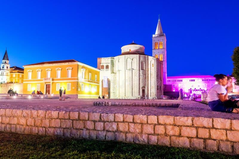 Kościół st Donat, monumentalny budynek od 9th wieka zaświecającego ciepłymi światłami na lato nocy w Zadar, Chorwacja obrazy royalty free