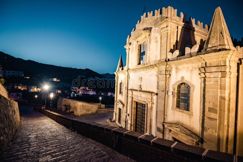Kościół St Nocolo przy nocą w Savoca, Sicily, Włochy Miejsce dokąd ojca chrzestnego film filmował zdjęcia royalty free