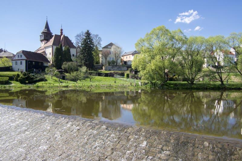 Kościół St Wenceslas w grodzkim Svetla nad Sazavou, zegarowy wierza, greenery i niebieskie niebo, rzeczny Sazava zdjęcie royalty free