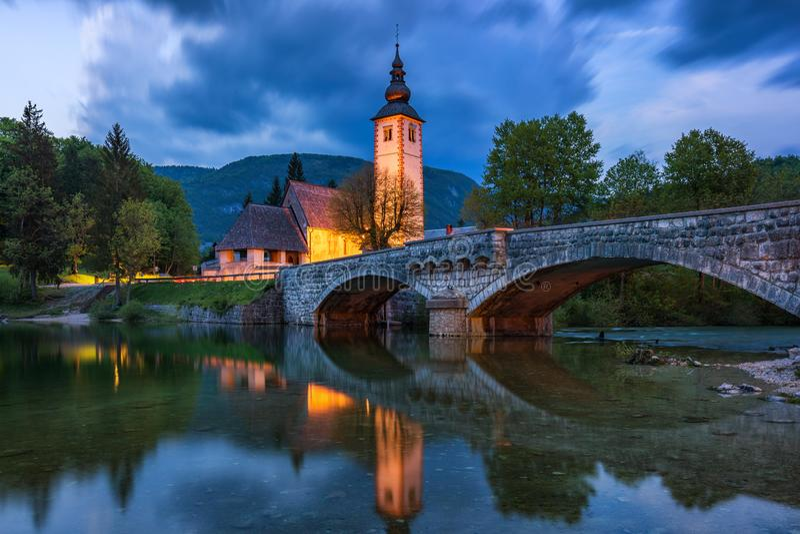 Kościół Sv John the Baptist i most nad jeziorem Bohinj w nocy, Słowenia Kościół św. Jana Chrzciciela z mostem zdjęcie stock