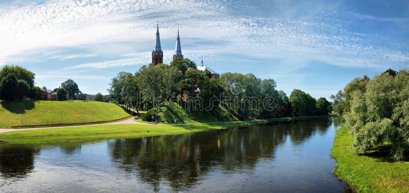 Kościół w Anyksciai mieście Sventoji i rzece fotografia stock