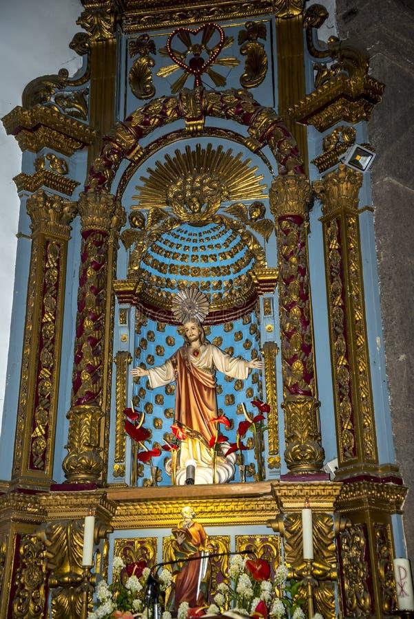 Kościół w Camara De Lobos jest wioską rybacką blisko miasta Funchal i niektóre wysokie falezy w świacie zdjęcia stock