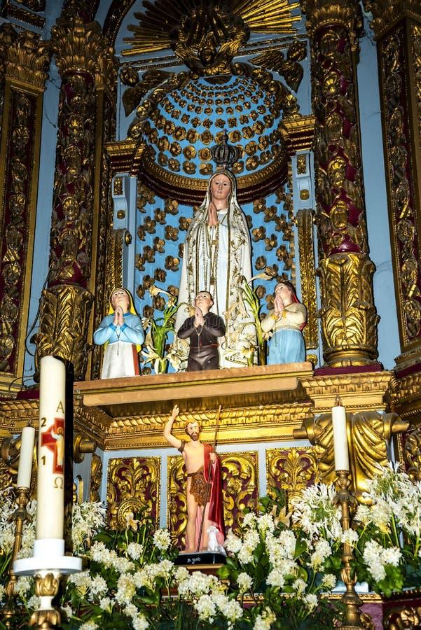 Kościół w Camara De Lobos jest wioską rybacką blisko miasta Funchal i niektóre wysokie falezy w świacie zdjęcie royalty free