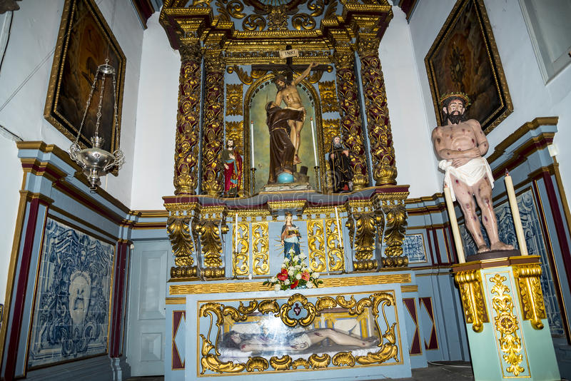 Kościół w Camara De Lobos jest wioską rybacką blisko miasta Funchal i niektóre wysokie falezy w świacie zdjęcia royalty free