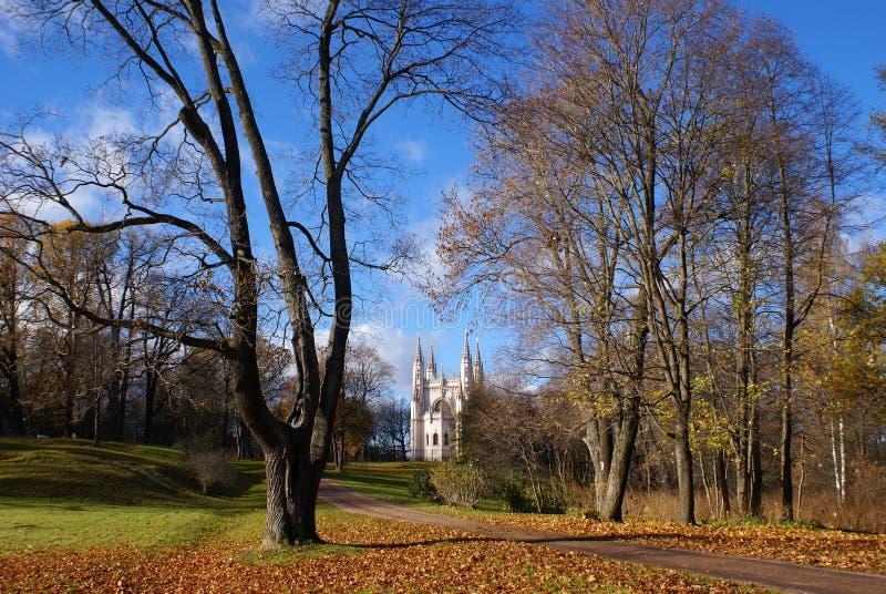 Kościół w jesień parku zdjęcie royalty free