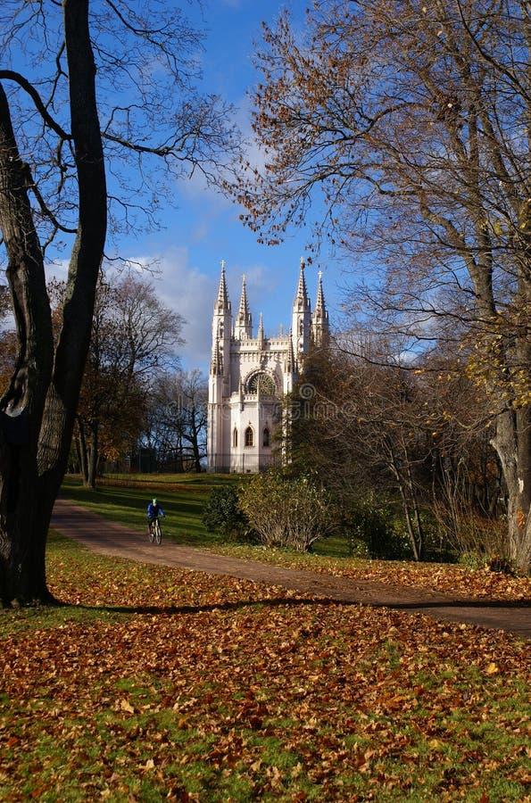 Kościół w jesień parku zdjęcie stock