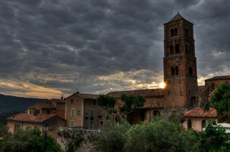 Kościół w małym Provencal grodzki Moustiers-Sainte-Marie, Francja obrazy stock