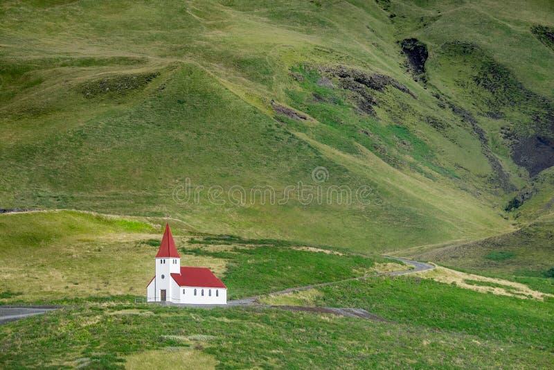 Kościół W południe Iceland w miasteczku Vík zdjęcia stock