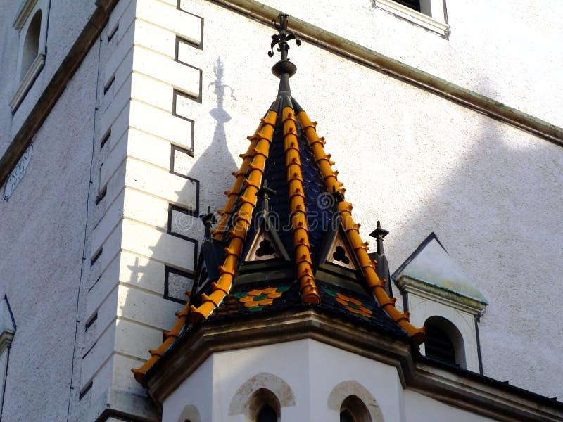 Kościół w Zagrzebiu z emalią wykończył żółty i zielony, barwny dach gliny zdjęcia stock