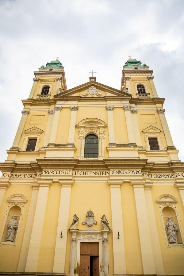 Kościół wniebowzięcie maryja dziewica w centrum Valtice w Południowym Moravia, republika czech obrazy royalty free