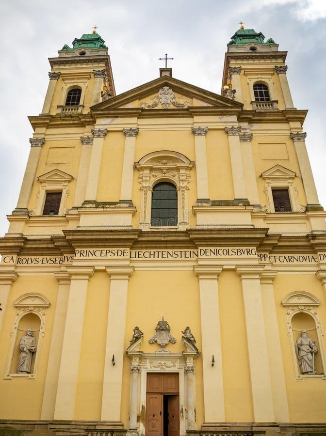 Kościół wniebowzięcie maryja dziewica w centrum Valtice w Południowym Moravia, republika czech obrazy stock