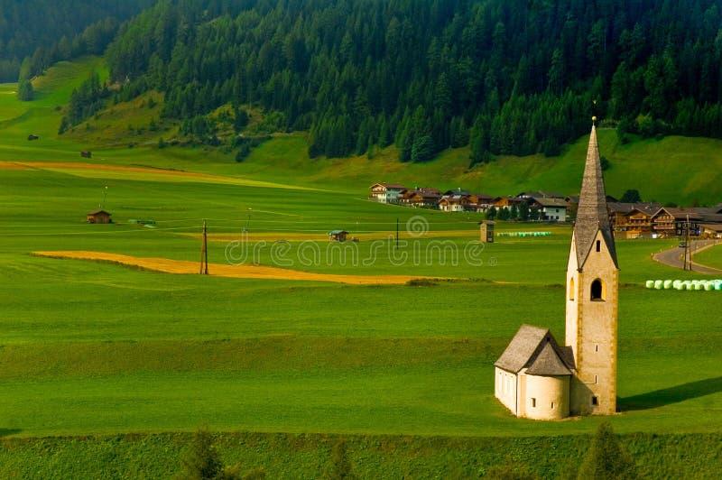 kościół wysokogórska zielone pola malutka zdjęcie stock