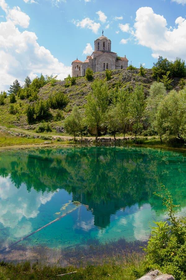 Kościół z odbiciem w pięknym turkusowym jeziorze   fotografia stock