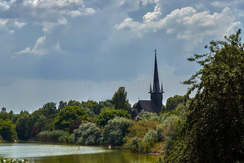 Kościół za drzewami fotografia stock