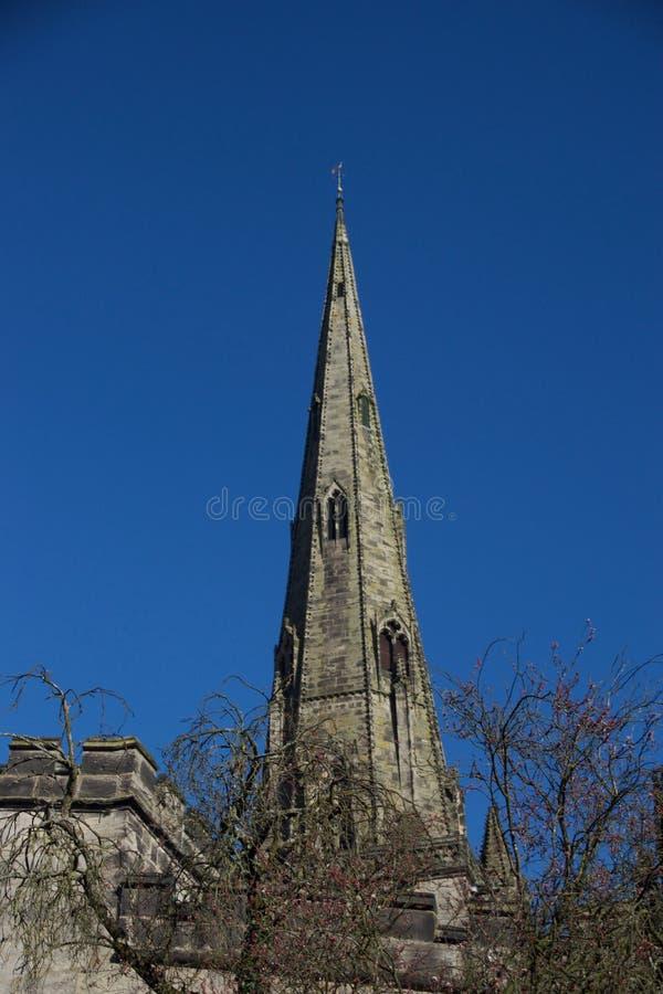 Kościelna iglica i drzewa obrazy stock